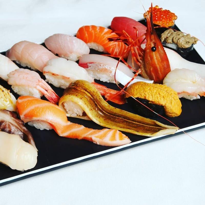 ▲台中「羽笠食事」端出豪華12貫握壽司加菜,誠意十足。(圖/業者提供)