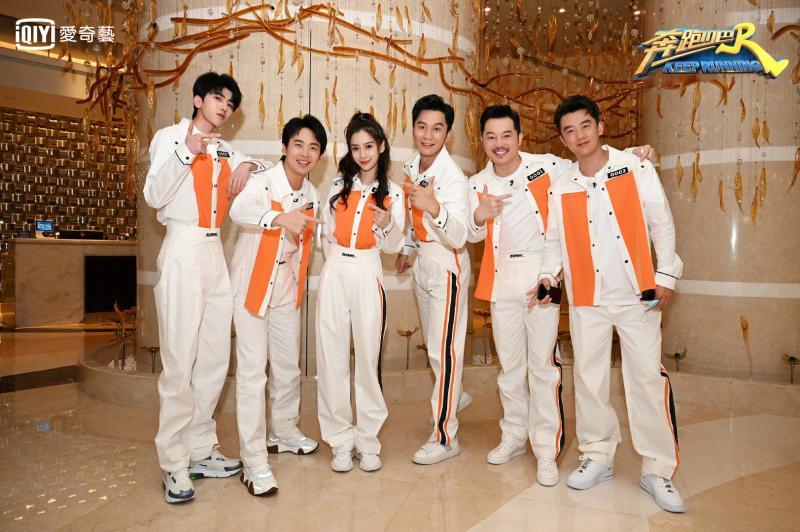 ▲《奔跑吧4》MC成員(左起)蔡徐坤、郭麒麟、Angelababy、李晨、沙溢、鄭愷合體宣傳。(圖/愛奇藝台灣站)