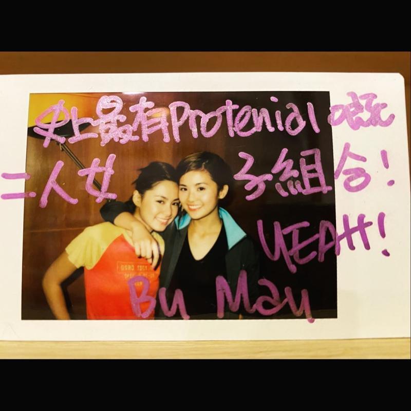 ▲阿嬌分享和阿Sa的工作照,慶祝Twins成軍19週年。(圖/阿嬌IG)