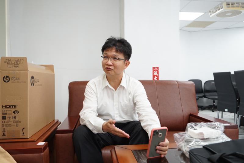 ▲陳俊廷說明,VDI系統不受時空限制,學生可隨時隨地進入系統。攝影:柯博文