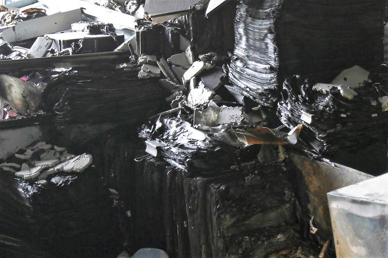 ▲多部電腦、辦公桌椅、冷氣設備、影印機及檔案資料遭惡火燒毀。(圖/記者蔡若喬攝)