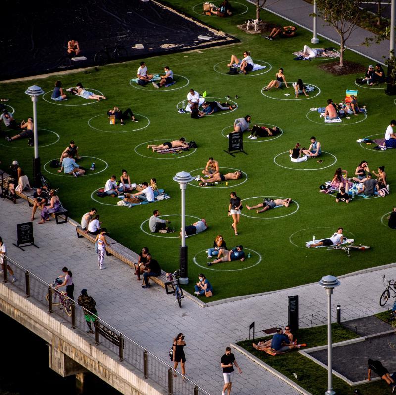 ▲為了維持社交距離,公園內有不少白色圓圈提供遊客參考。(圖/翻攝自推特