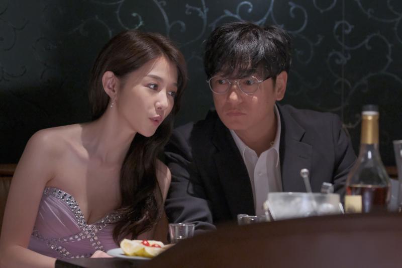 ▲井浦新(右)在酒店認識邵雨薇。(圖 / 公視提供)