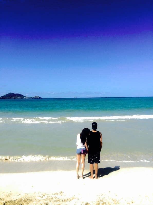 ▲小豬和周揚青在海灘約會。(圖/羅志祥臉書)