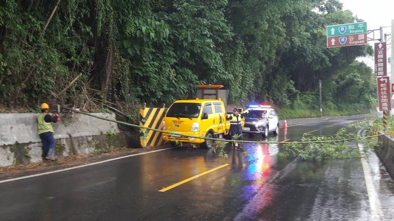 東勢山區陣雨路樹橫壓電桿   警與工務段合力6分鐘清除