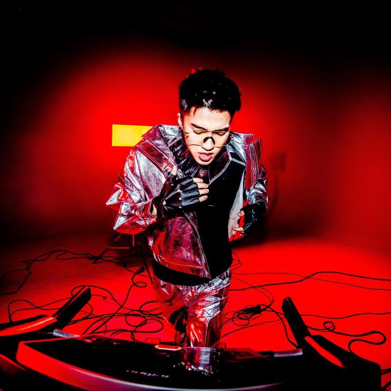 ▲婁峻碩推出新歌,一改過去形象,化身獵豔男。(圖/想不到音樂工作室提供)