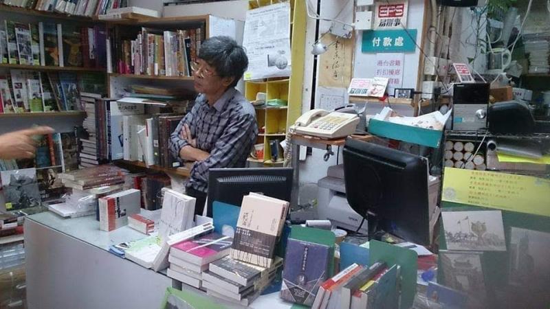 ▲林榮基與香港銅鑼灣書店。(圖/林榮基提供)