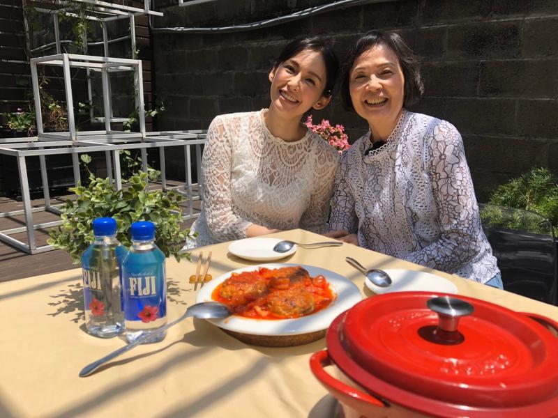▲袁艾菲(左)向媽媽學做菜。(圖 / 風雅國際提供)