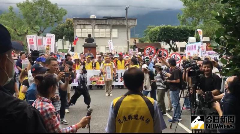 群起「雞」昂 鳳林上千鎮民抗議卜蜂設場