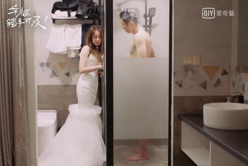 ▲迪麗熱巴(左)喝醉闖浴室。(圖