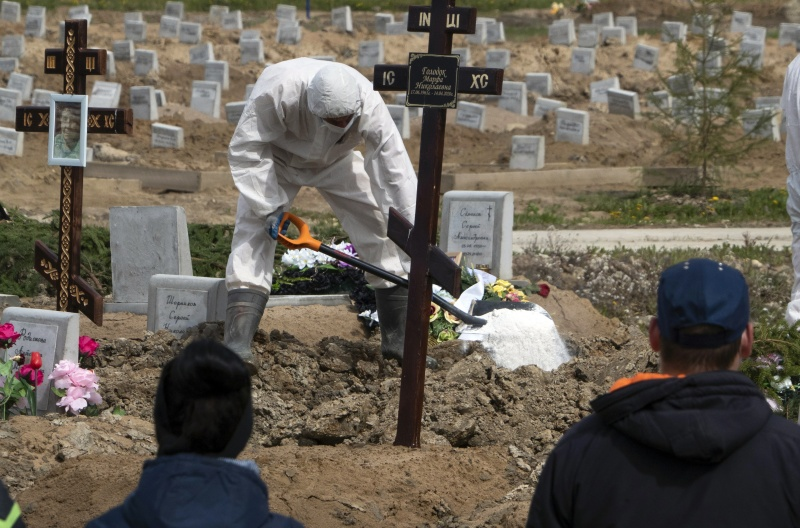 ▲新冠肺炎疫情在俄羅斯、巴西等國持續升溫。圖為近日俄國聖彼得堡 1 處墓園。(圖/美聯社/達志影像)