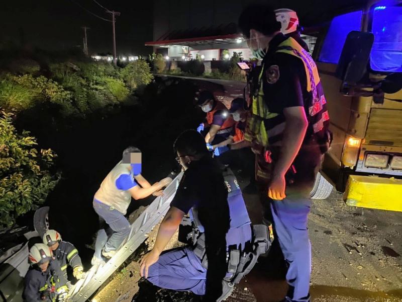 ▲警消出動救援,幸好排水溝內沒有積水,男子幸運撿回一命。(圖/大園分局提供)