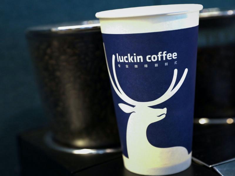 ▲瑞幸咖啡曾被稱為「中國星巴克」2019 年中國境內總店數最多逾 4500 家。(圖/翻攝自《香港 01 》)