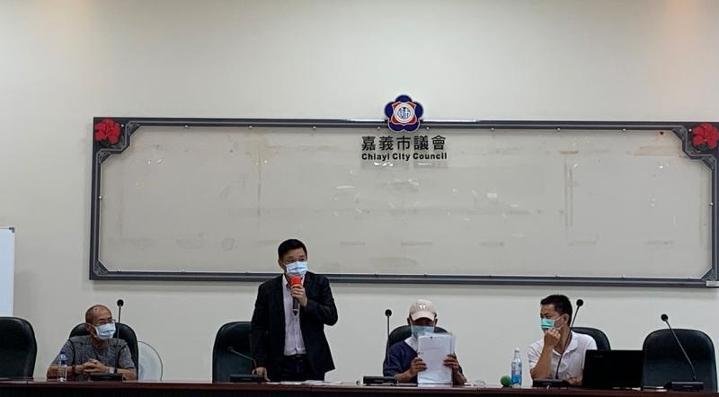 ▲嘉義市議員陳家平(站)陪同在嘉義市議會會議室,舉行控訴記者會。(記者陳惲朋攝)