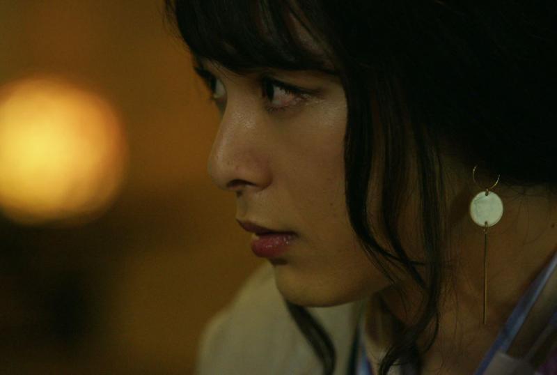 ▲中村倫也片中飾演的神祕女子,模樣讓綾野剛稱讚可愛。(圖/天馬行空)