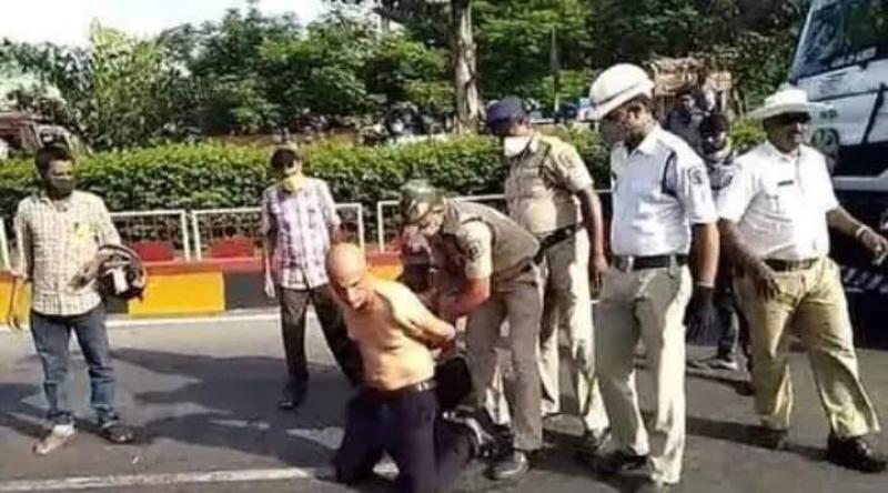 ▲印度一名醫師被當街逮捕。(圖/翻攝India Times)
