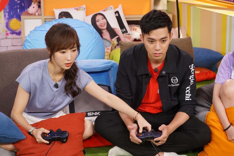 ▲李唯楓(右)和陳瑀希一起打電玩。(圖/狼谷娛樂)