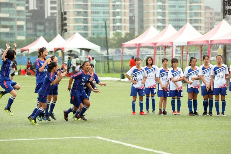 足球/第一屆國小足球世界盃全國賽 女子組雨中開踢