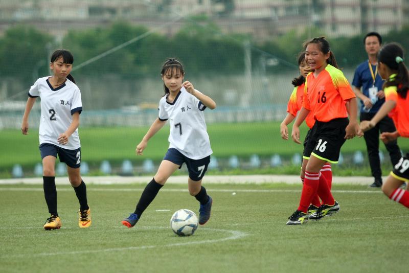 ▲「第一屆國民小學世界盃全國足球賽」,第二天女子組雨中開踢。(圖/迷你足球協會提供)