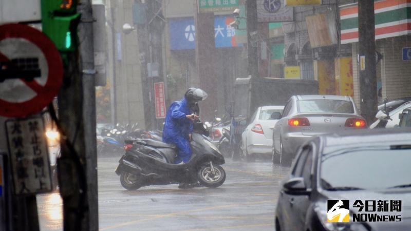 ▲中央氣象局今(21)日針對中南部10縣市發布豪、大雨特報。氣象局表示,西南風持續帶來偏多的水氣,中南部容易出現短暫陣雨或雷雨,慎防局部積淹水,受鋒面接近影響,北部也開始會有局部短暫陣雨或雷雨,東半部仍為多雲到晴。(圖/NOWnews資料圖片)