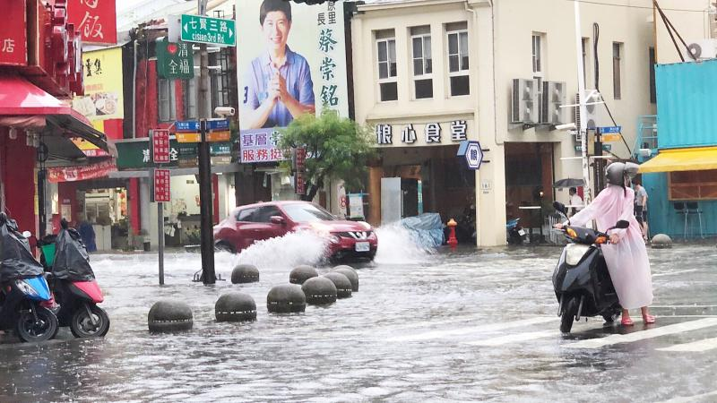 影/高雄8地區一級淹水警戒 多處路段「水深達輪胎高」