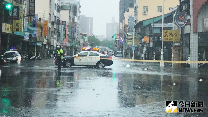 ▲高雄市今(22)日受西南氣流影響豪大雨不斷,市區多處出現積水情形,警方特別在積水路段設置警戒線。(圖/記者郭俊暉攝,2020.05.22)