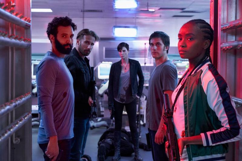 ▲▼莎莉賽隆(中)率領其他四位同樣有著自癒超能力的殺手組成「不死軍團」。(圖/Netflix)
