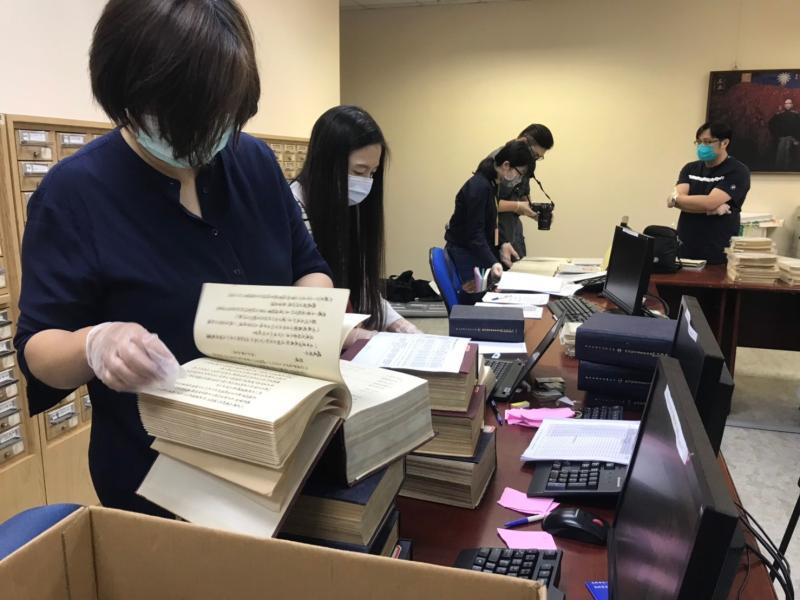 黨產會22日派員到國民黨中央調閱革實院資料。( 圖 / 黨產會提供 )
