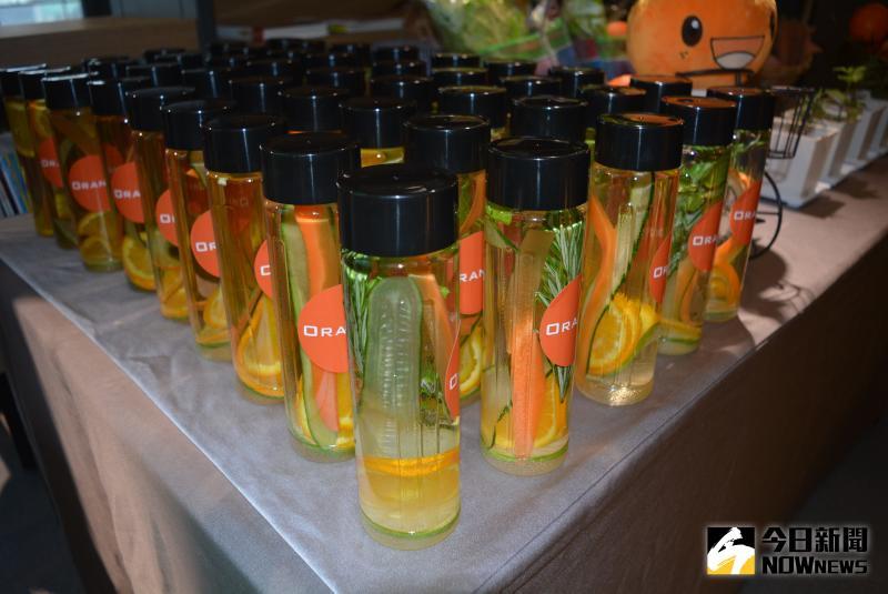 ▲迷迭香、薄荷葉、小黃瓜及檸檬等數種安全蔬果,精製成排毒水。(圖/記者郭政隆攝影2020.5.22)