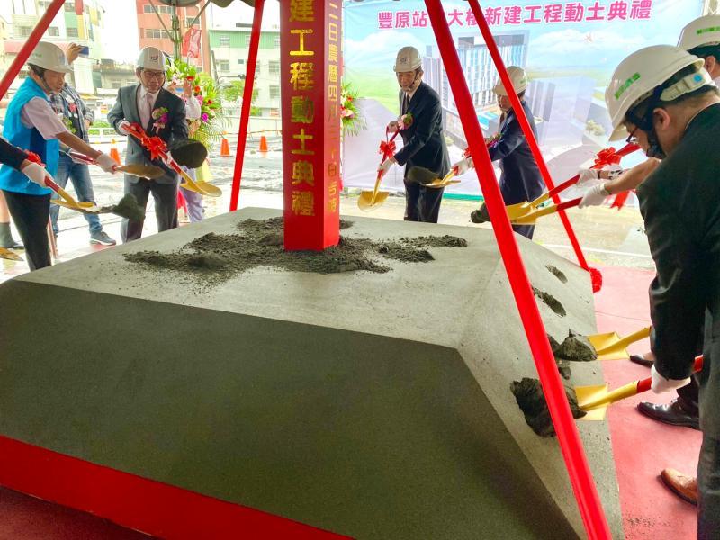 ▲中華郵政在豐原打造複合式大樓,董事長吳宏謀親臨主持開工動土典禮。(圖/中華郵政提供)