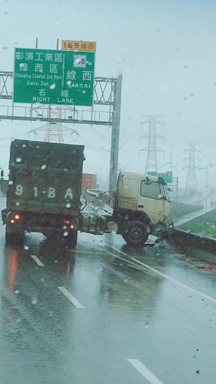▲西濱快速道路線西路段發生一起大貨櫃打滑失速自撞折甘蔗了,車頭和車身斷兩節。(圖/記者陳雅芳翻攝,2020.05.22)
