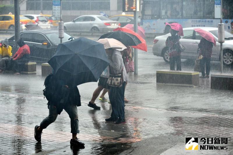 ▲雨彈狂噴7天!「線狀雲系」將觸及北台灣,週末氣溫驟降。(示意圖/NOWnews資料照 )