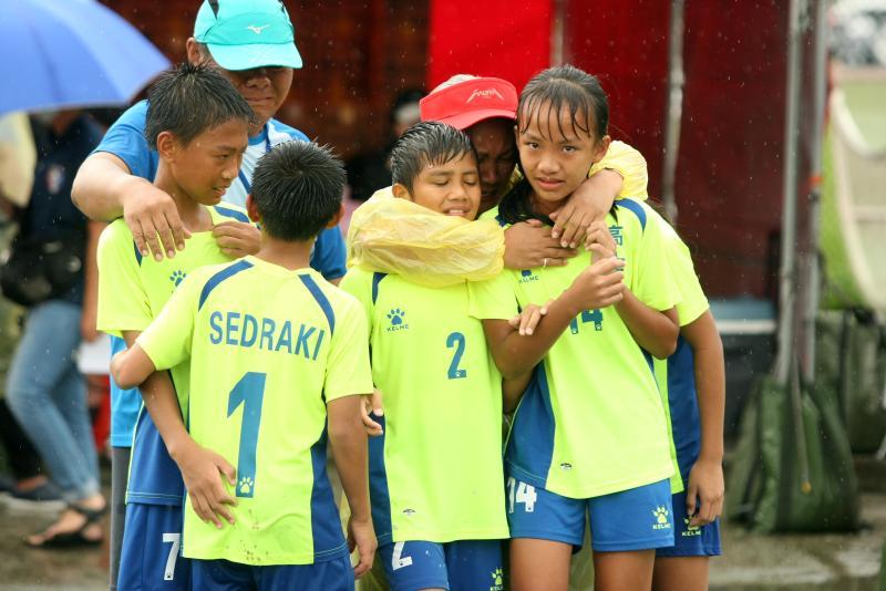 ▲「第一屆國民小學世界盃全國足球賽」,屏東高士國小在PK賽獲勝後取得晉級資格,全隊抱在一起哭。(圖/迷你足球協會提供)