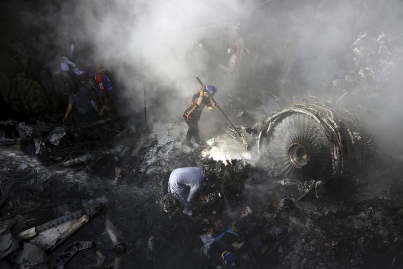 ▲巴基斯坦國際航空 1 架班機, 22 日不幸墜毀在喀拉蚩的民宅區,造成 97 人死亡。(圖/美聯社/達志影像)