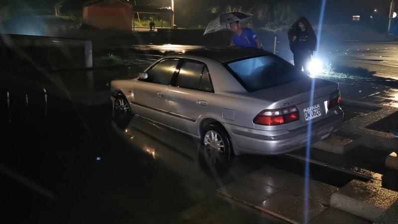 又是酒駕惹禍!轎車失控撞進古寧頭圓環噴水池