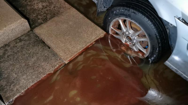 ▲轎車機油外洩汙染噴水池。(圖/記者蔡若喬攝)