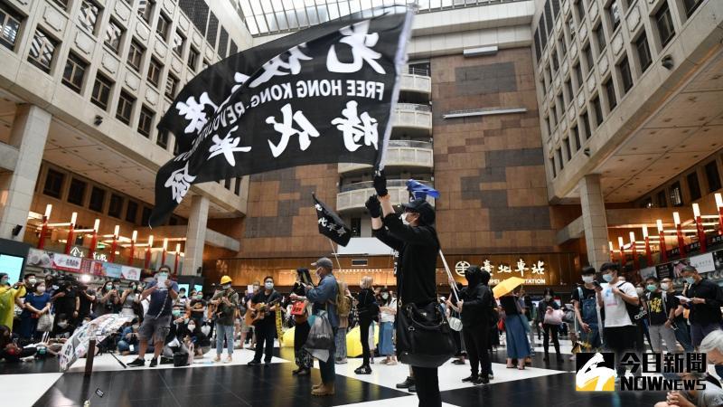 ▲23日上午,反送中港生聚集台北車站大廳,不顧防疫社交距離規定,快閃高唱「反送中」歌曲。
