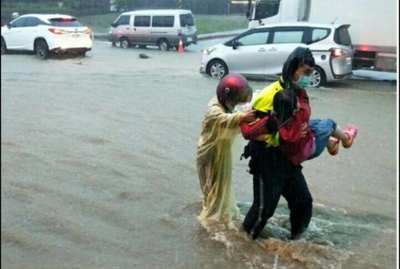高雄大雨不斷 母女自摔陷入水流交警急抱協助脫困
