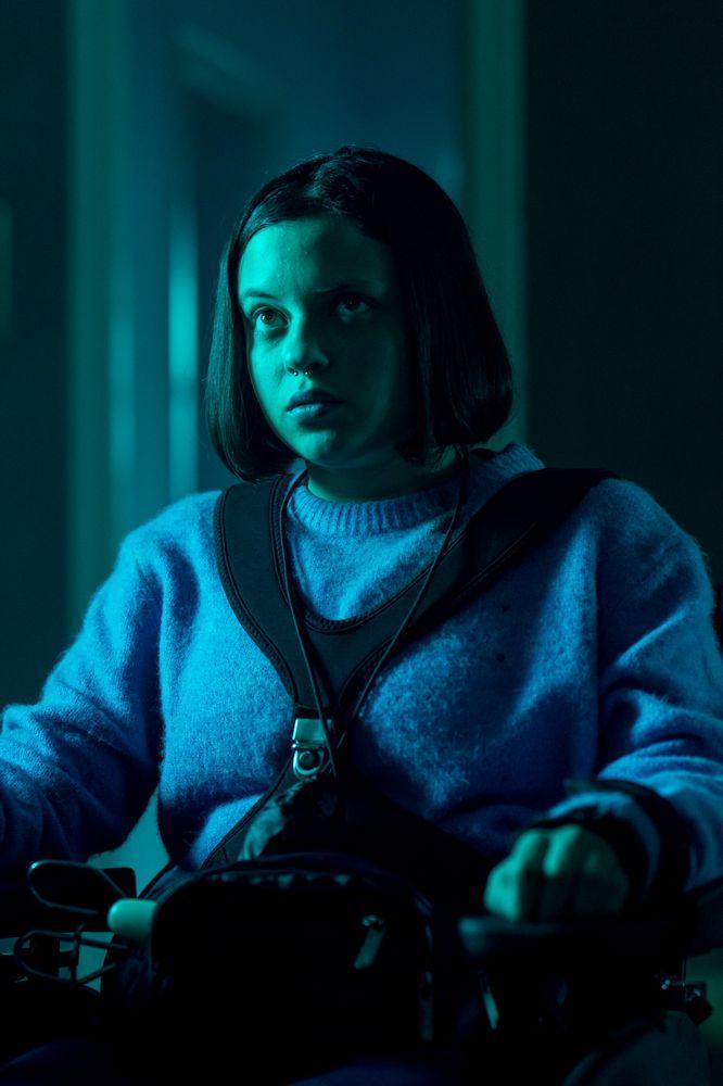 ▲▼四肢癱瘓的女主角艾琳娜(上圖),遭遇狂犬噩夢。(圖/水元素)