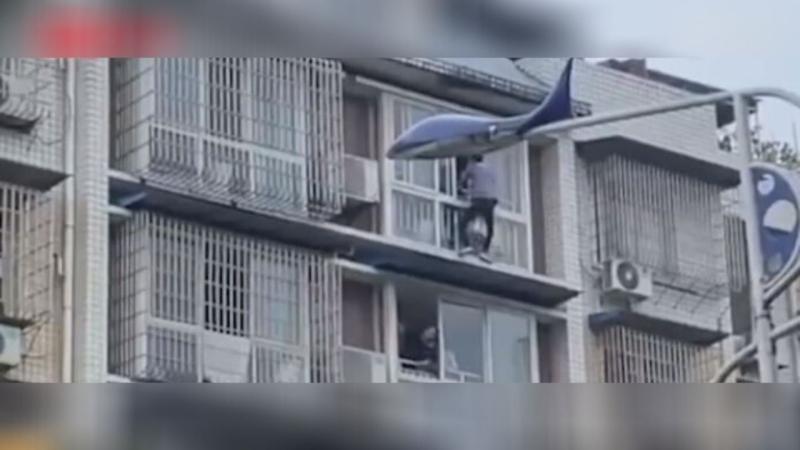 ▲中國大陸一名冷氣師傅見義勇為救下攀於窗緣的女童