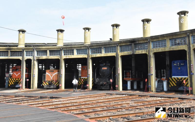 ▲彰化扇形車庫半圓弧狀的十二股道放射狀的車庫是鐵道迷與攝影人士的最愛。(圖/記者陳雅芳攝,2020.05.24)