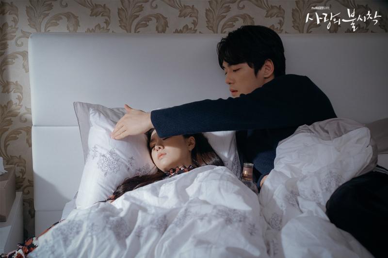 ▲徐智慧(左)跟金正賢在《愛的迫降》中無緣在一起。(圖/tvN)