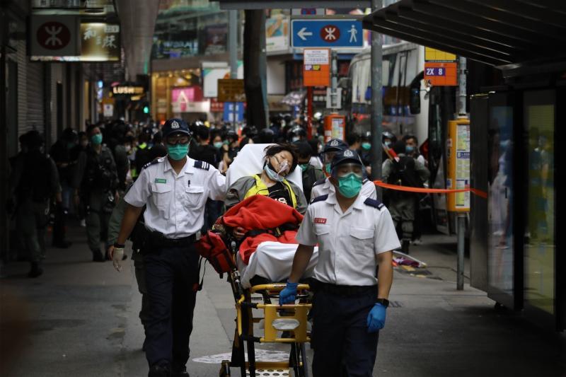 ▲路過民眾吸入催淚彈後,感到不適送醫。(圖/翻攝自《香港