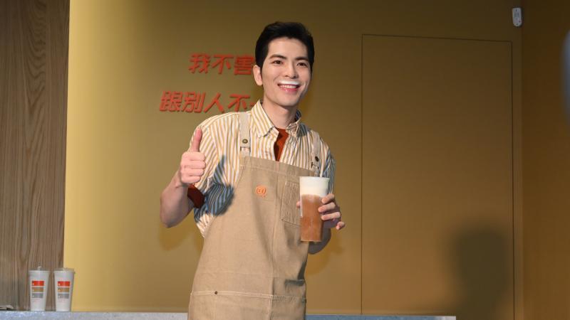 蕭敬騰開店先跟「奶茶狂」拜碼頭 周董試喝反應好妙
