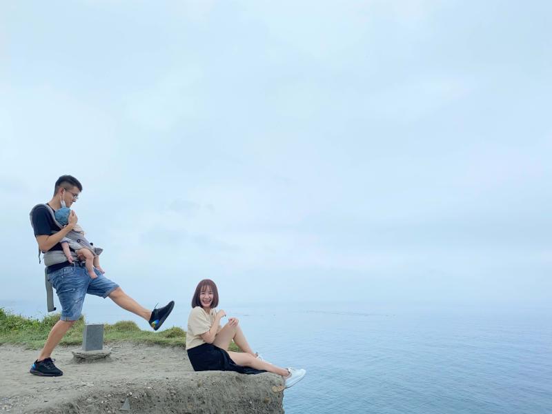 ▲膽子比較大的人可以坐在懸崖邊感受海的壯闊。(圖|達哥逍遙遊提供)