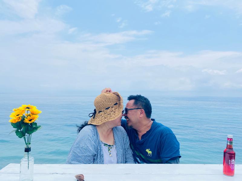 ▲以大海為背景,將白色桌子擺在崖邊,不論是情侶、夫妻還是朋友,都能拍出唯美照。(圖|達哥逍遙遊提供)