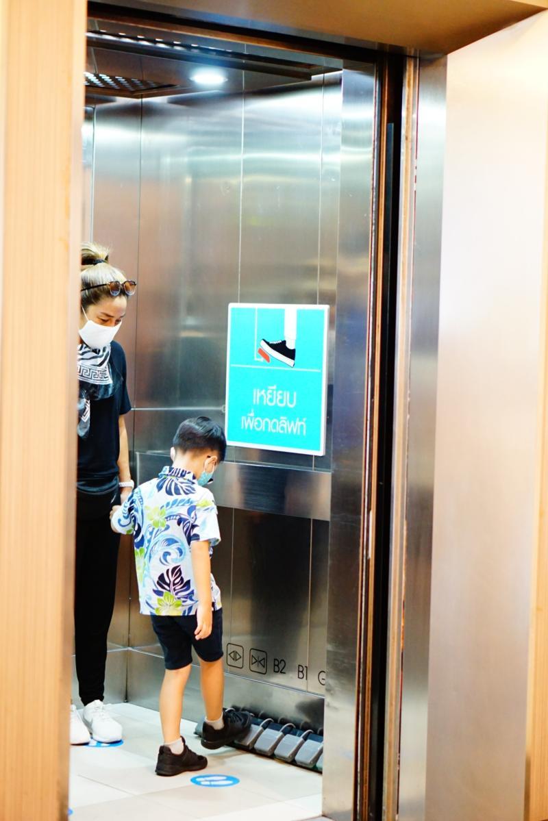 ▲曼谷一家百貨改造電梯樓層按鈕,以防病毒殘留表面再傳播。(圖/翻攝自