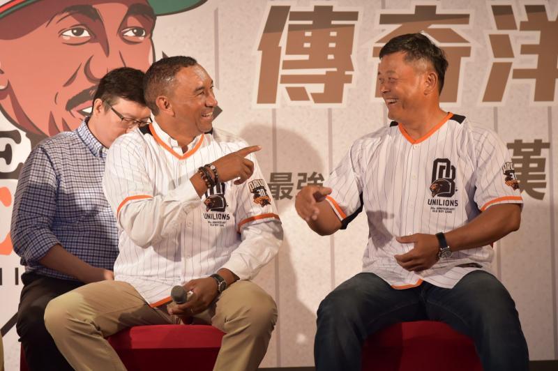 ▲王漢與隊友曾智偵相見歡。(圖/統一提供)