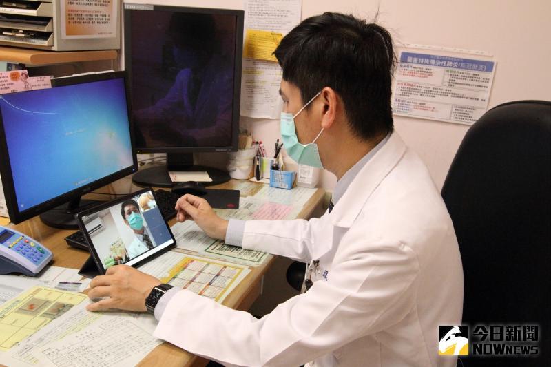 ▲藉由智慧眼鏡即時影像雙向傳輸進行遠端協作,讓醫師在遠端就可以看診。(圖/記者陳雅芳攝,2020.05.25)