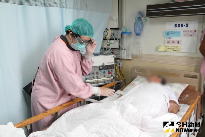 ▲護理師是第一視角,將即時影像回傳,與醫師可以即時通話,達到雙向傳輸及合作。(圖/記者陳雅芳攝,2020.05.25)